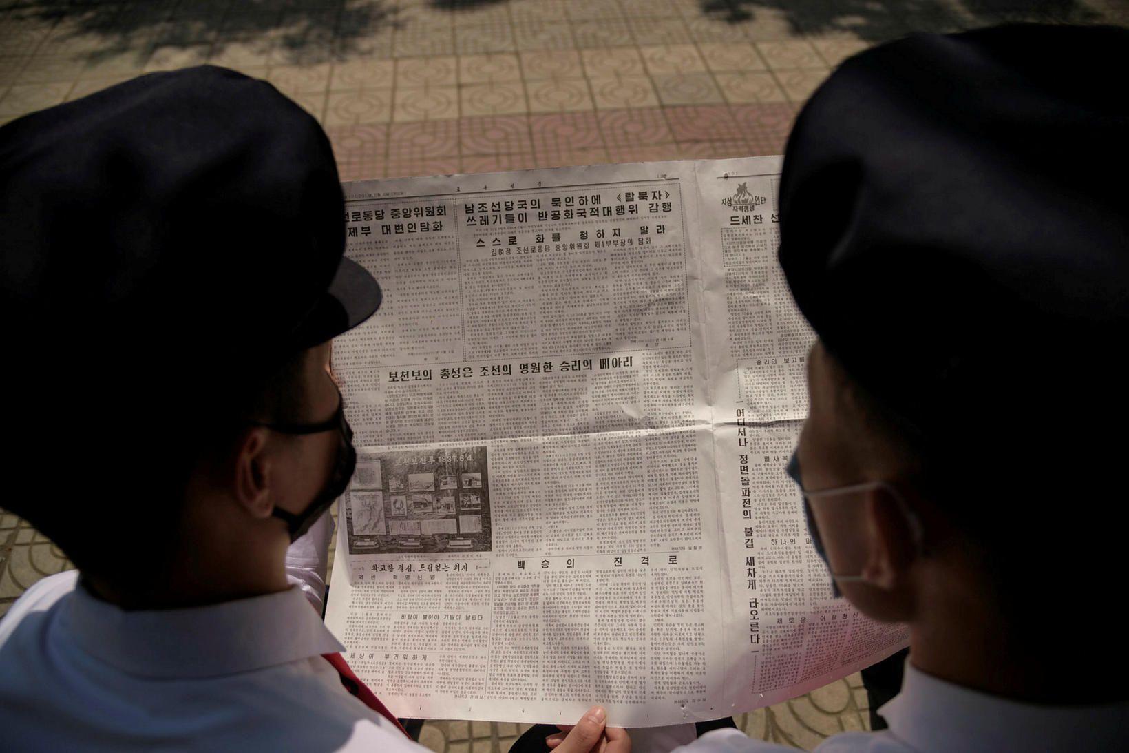 Nemar við Pyongyang-háskóla lesa ríkisfréttablaðið þar sem áróðursbæklingar frá Suður-Kóreu …
