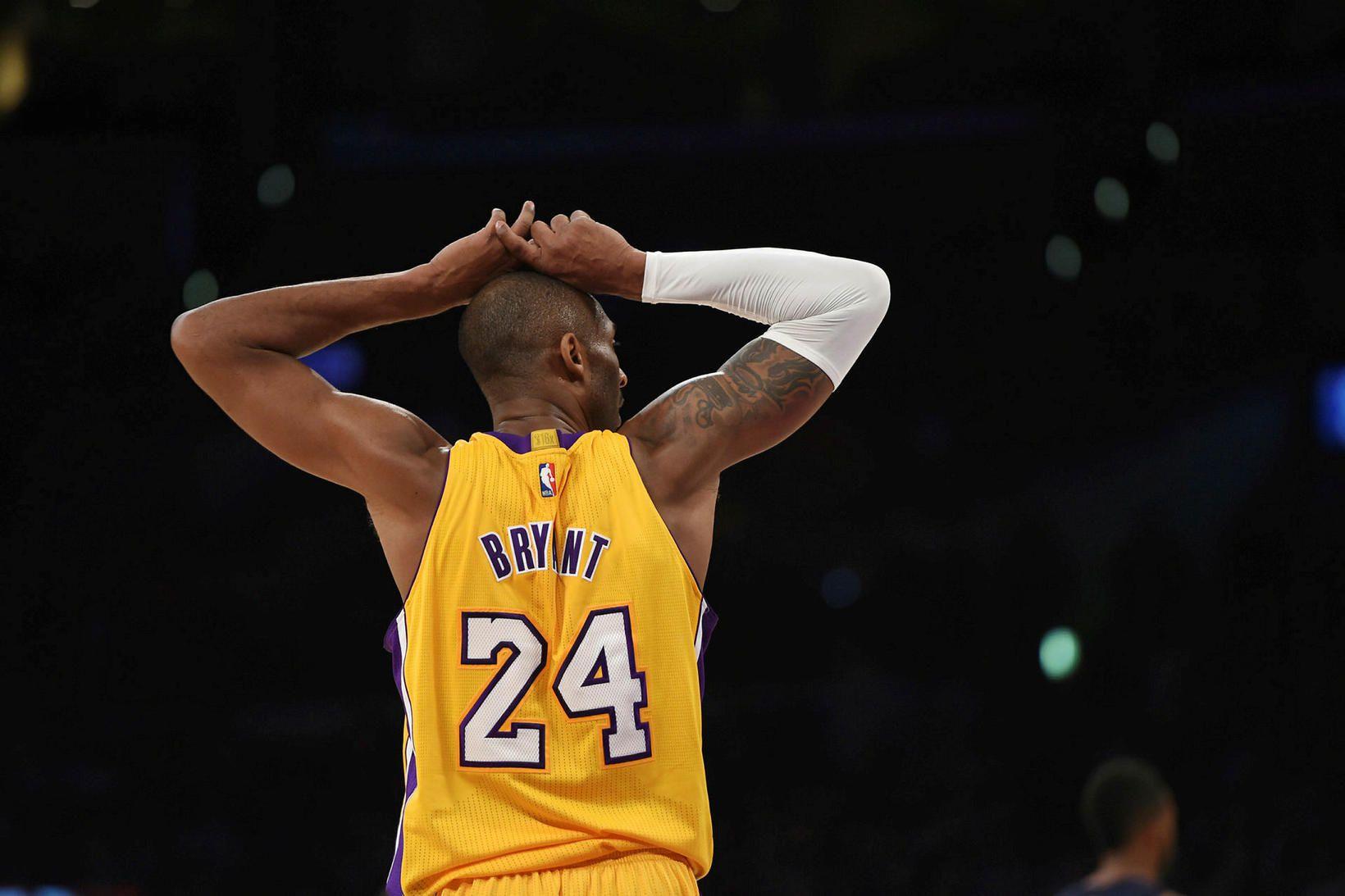 Kobe Bryant lék í treyju númer 8 fyrstu tíu ár …