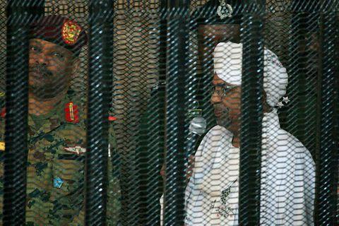 Omar al-Bashir, fyrrverandi forseti Súdans, var í sértöku búri þegar réttarhöld hófust yfir honum í …