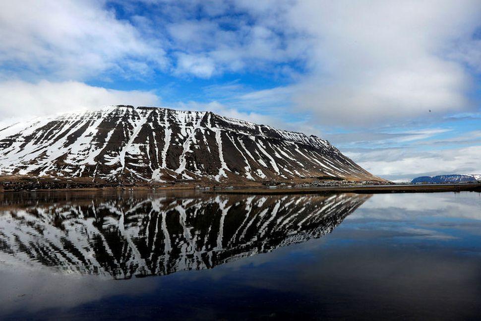 Eyrarfjall stendur við Ísafjarðarbæ.