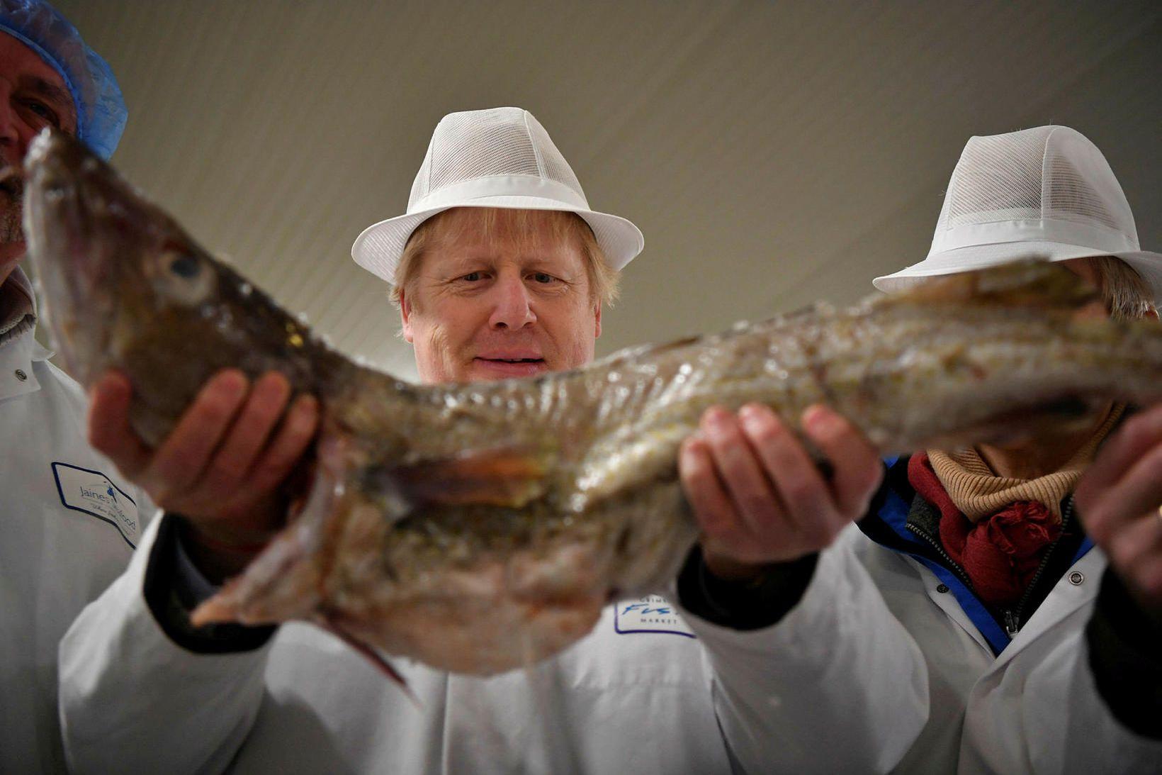 Boris Johnson forsætisráðherra Breta með þorsk á fiskmarkaði í Grimsby.