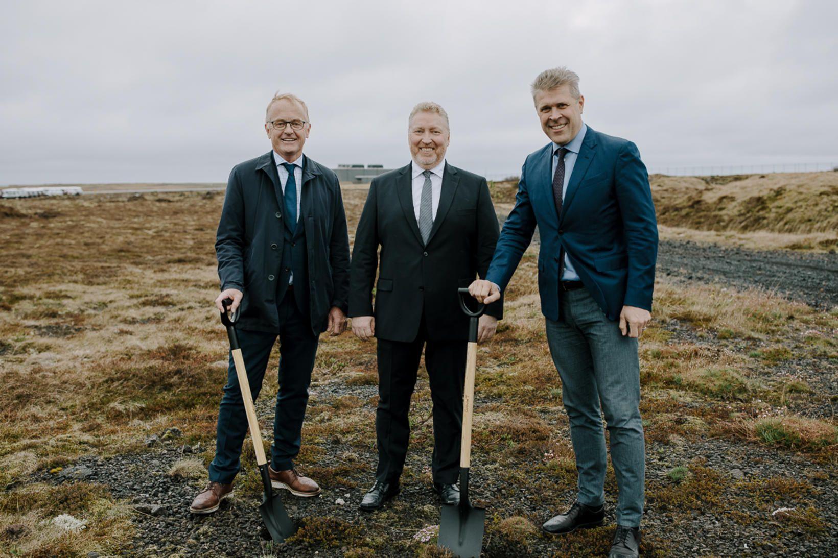Bjarni Benediktsson og Kristján Már Kjartansson tóku fyrstu skóflustunguna að …