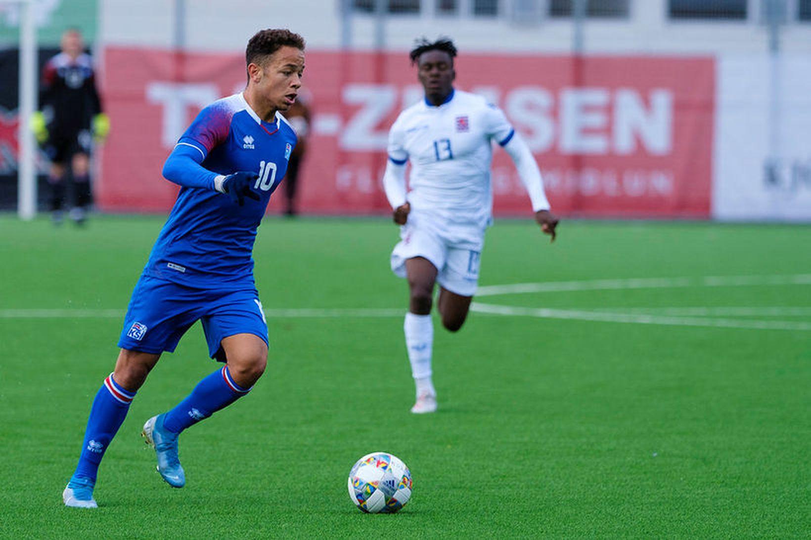 Mikael Anderson í leik með U21 árs landsliðinu gegn Lúxemborg …