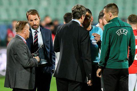 Gareth Southgate ræðir við eftirlitsmenn UEFA vegna kynþáttaníðs sem leikmenn enska landsliðsins urðu fyrir í …