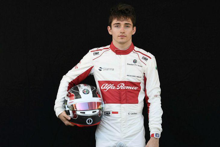Charles Leclerc hjá Sauber með hjálm sinn í Melbourne.