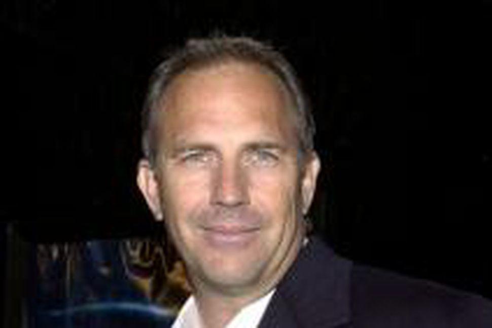 Kevin Costner hefur tekið að sér hlutverk Jonathan Clark, föður ...