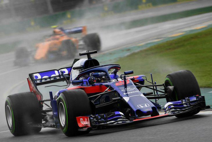 Brendon Hartley á Toro Rosso og á eftir fylgir McLarenbíll á lokaæfingunni í Melbourne.