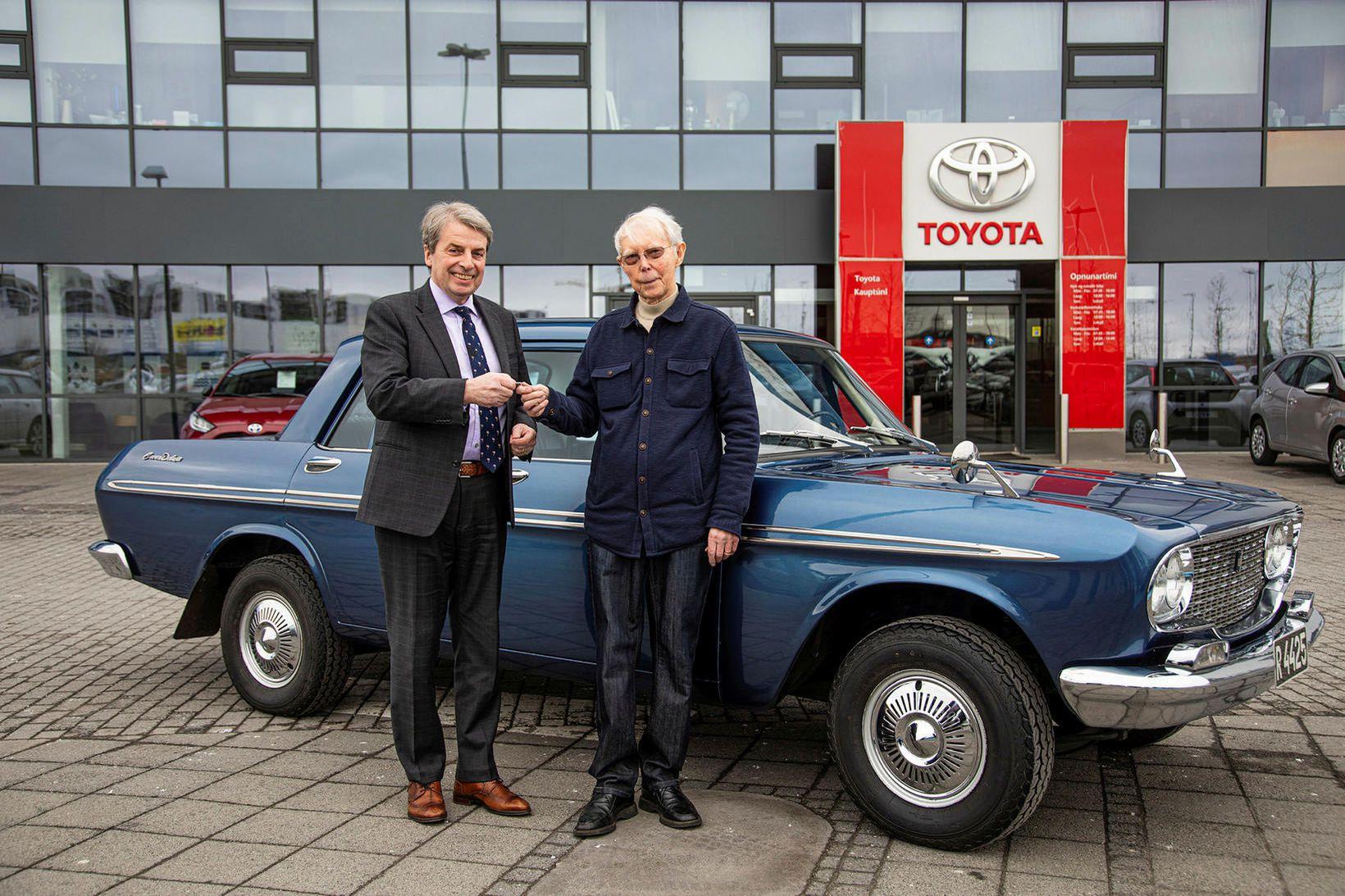 Úlfar Steindórsson, t.v., forstjóri Toyota, tekur við lyklunum að bílnum …