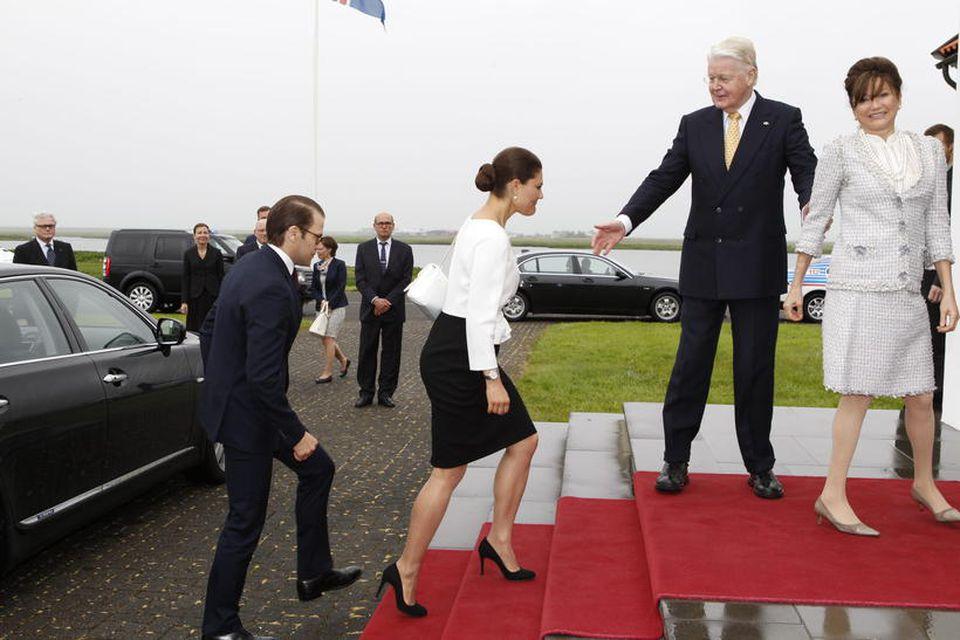 Krónprinshjónin mæta til Bessastaða í rigningunni.