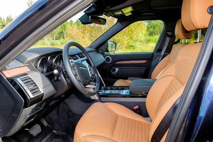 Mjög rúmt er um ökumann sem og farþega í Land Rover Discovery , og veglegt ...