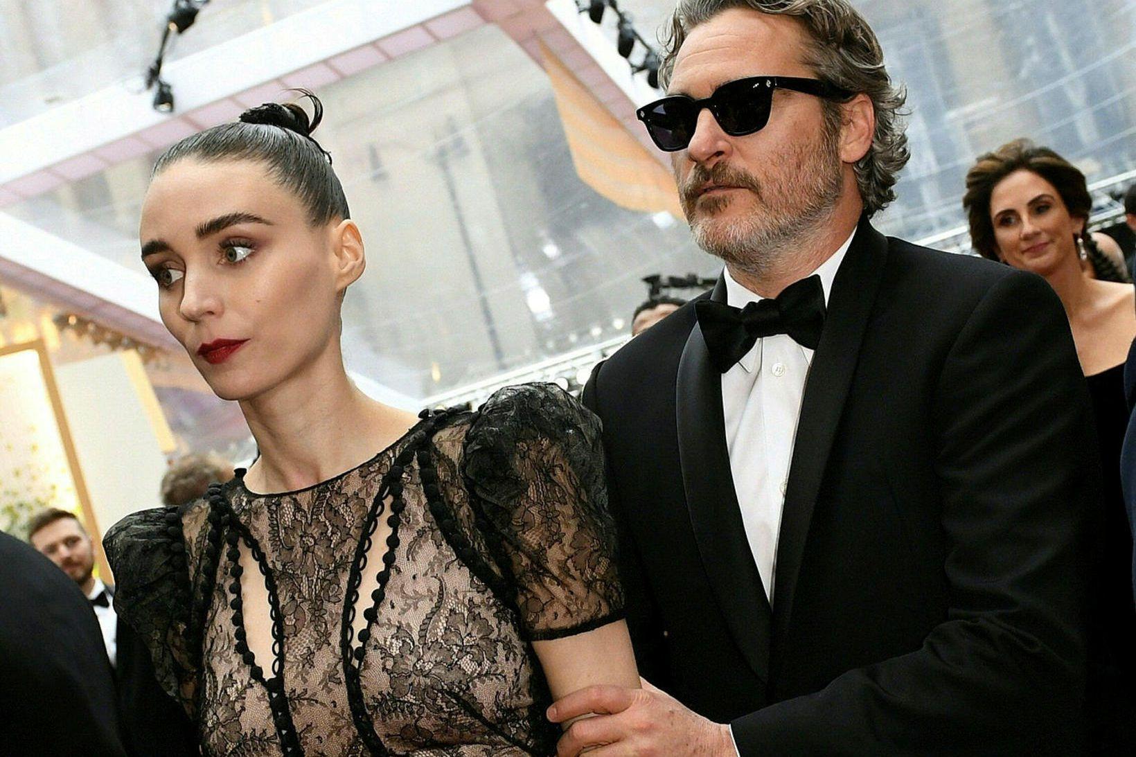 Joaquin Phoenix og Mara Rooney á Óskarsverðlaunahátíðinni í byrjun febrúar.
