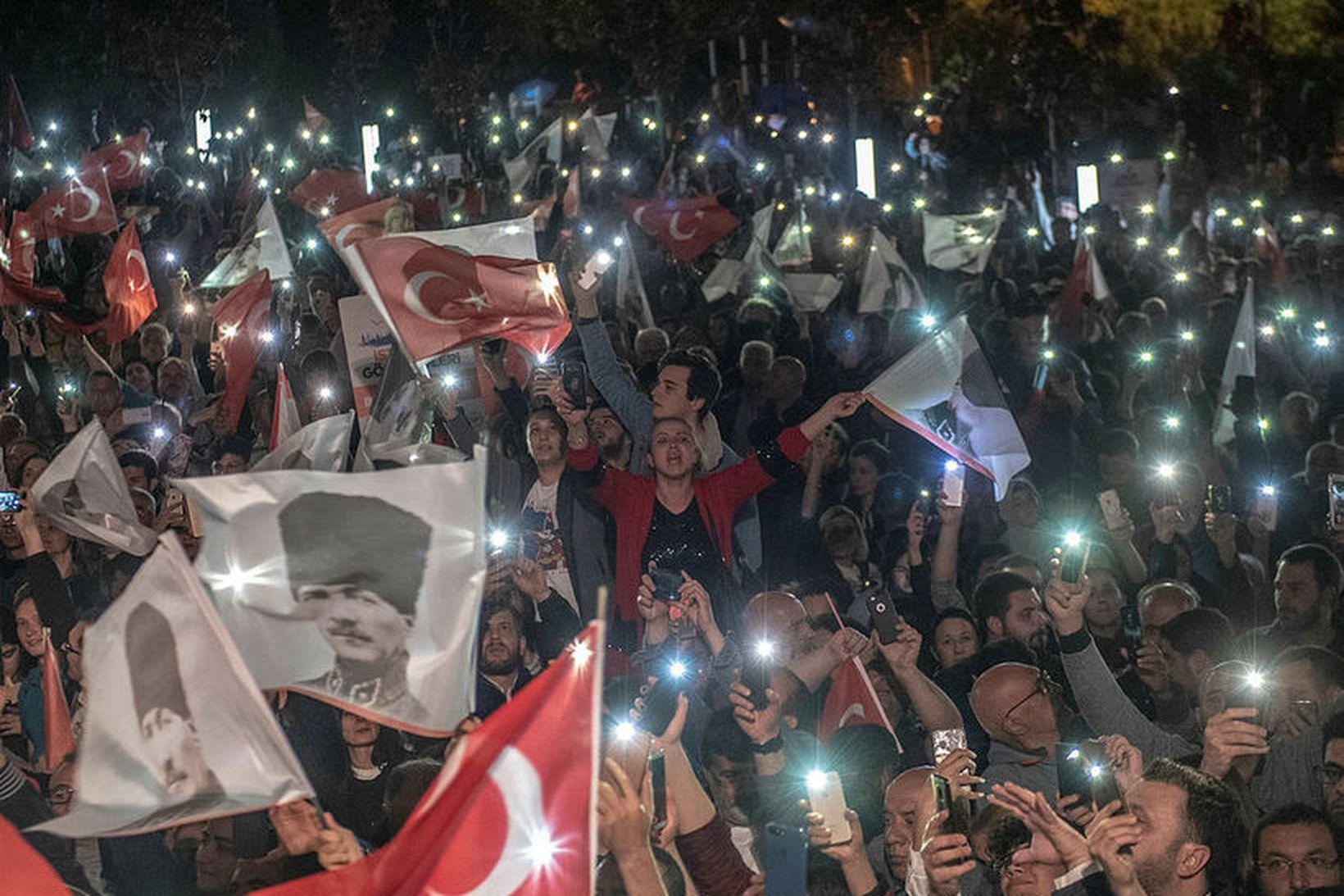 Stuðningsmenn borgarstjóra Istanbúl, Ekrem Imamoglu, mótmæltu ákvörðun yfirkjörstjórnar á götum …
