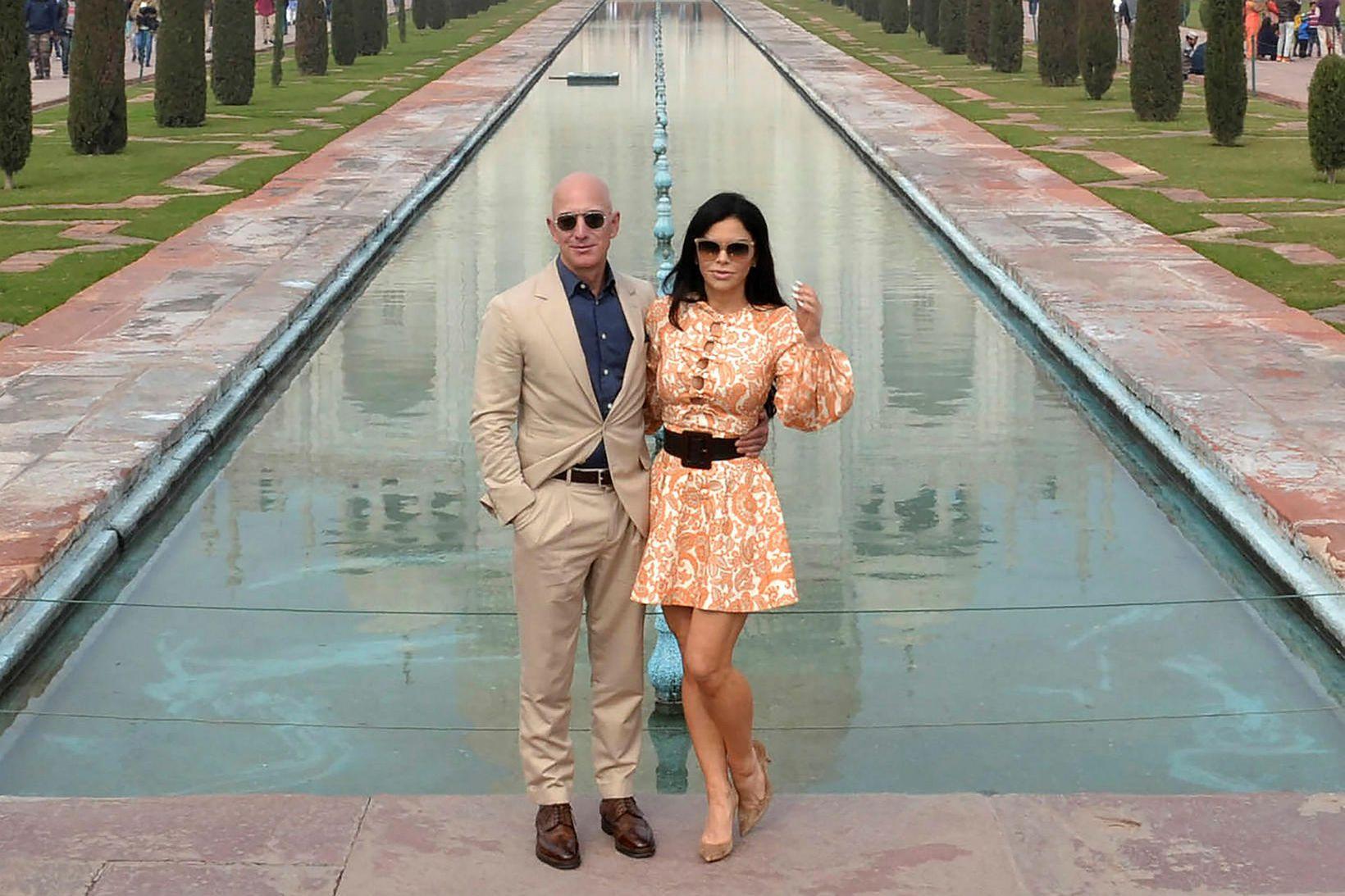 Forstjóri Amazon, Jeff Bezos ásamt unnustu sinni, Lauren Sanchez, við …