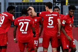 Joshua Kimmich fagnar sigurmarki sínu gegn Borussia Dortmund ásamt liðsfélögum sínum.