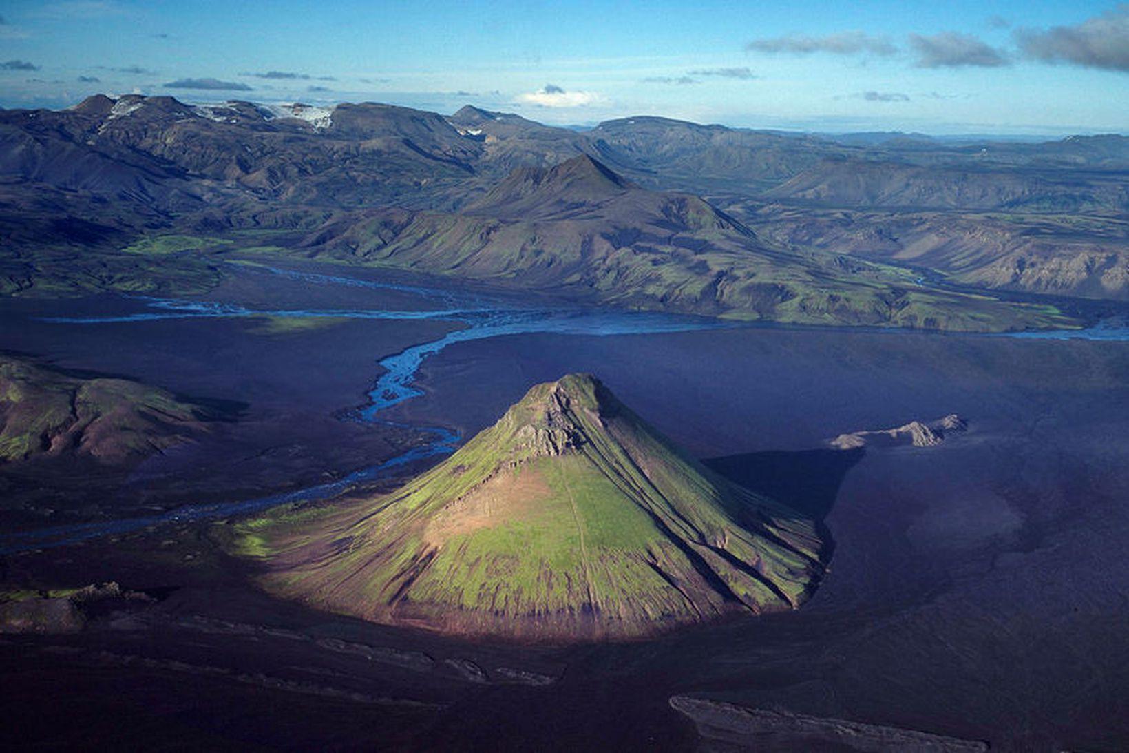Mælifell er á því vatnasviði Hólmsár, ofan Einhyrnings, sem lagt …