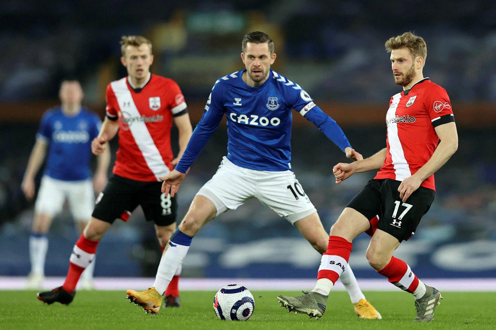 Gylfi Þór Sigurðsson er með fyrirliðabandið hjá Everton í dag.