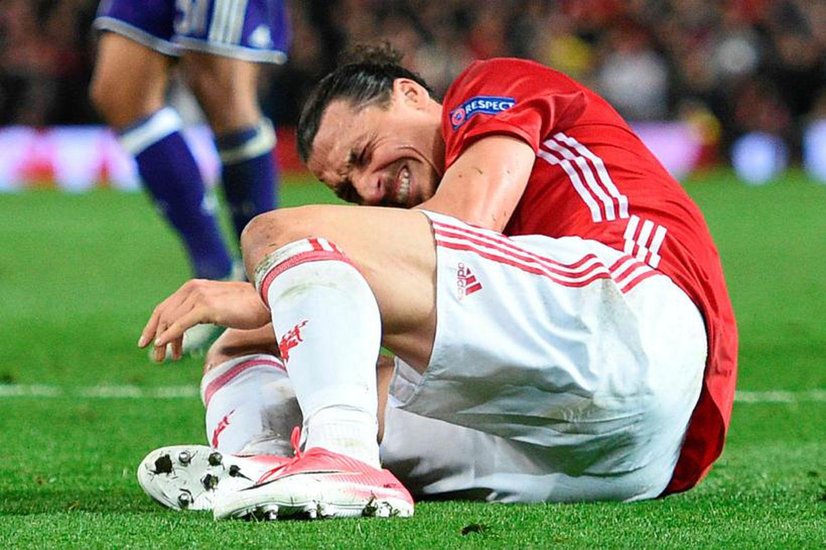 Zlatan Ibrahimovic liggur á vellinum eftir að hann lenti illa …