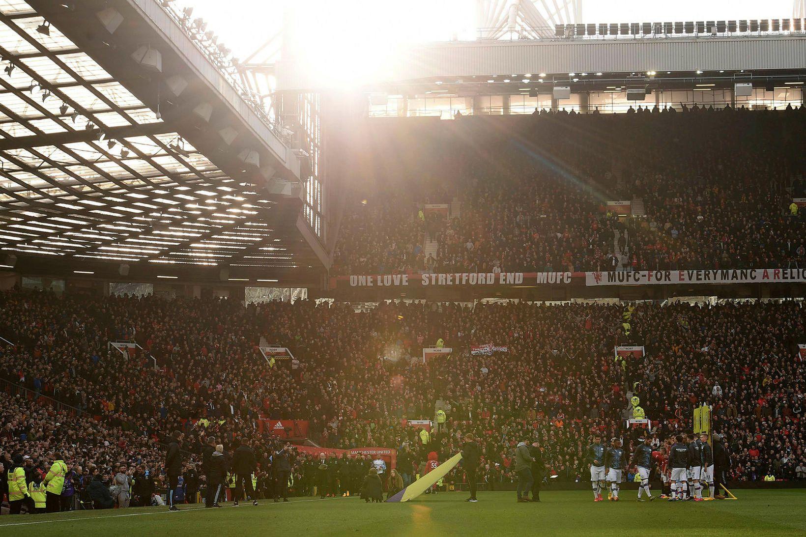 Um 900 manns starfar hjá Manchester United, auk leikmanna og …
