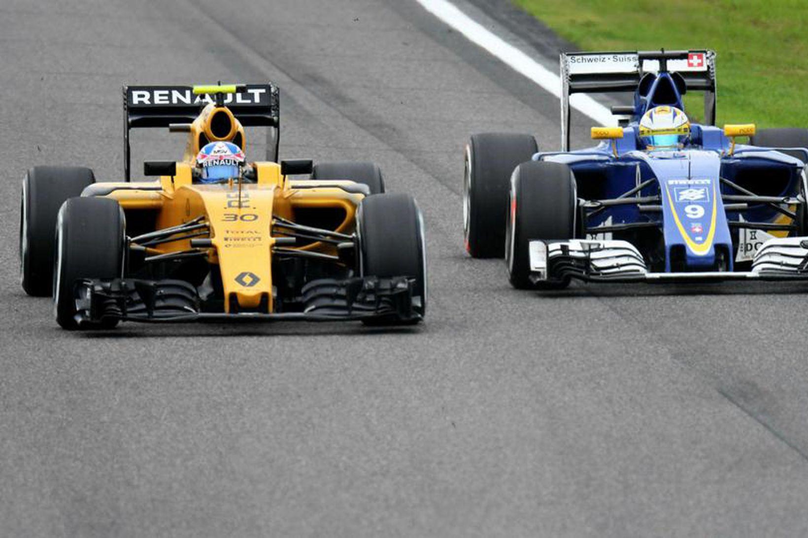 Jolyon Palmer á Renault (t.v.) tekur fram úr Marcus Ericsson …