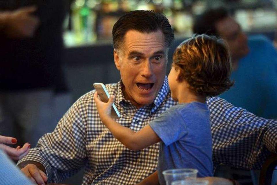 Mitt Romney ræðir málin við barnabarn sitt, Miles, við fjölskyldukvöldverð í Flórída í lok október. …