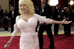 Dolly Parton er frábær viðskiptakona sem þénar 6-8 milljónir dala árlega í þóknun þegar lögin …