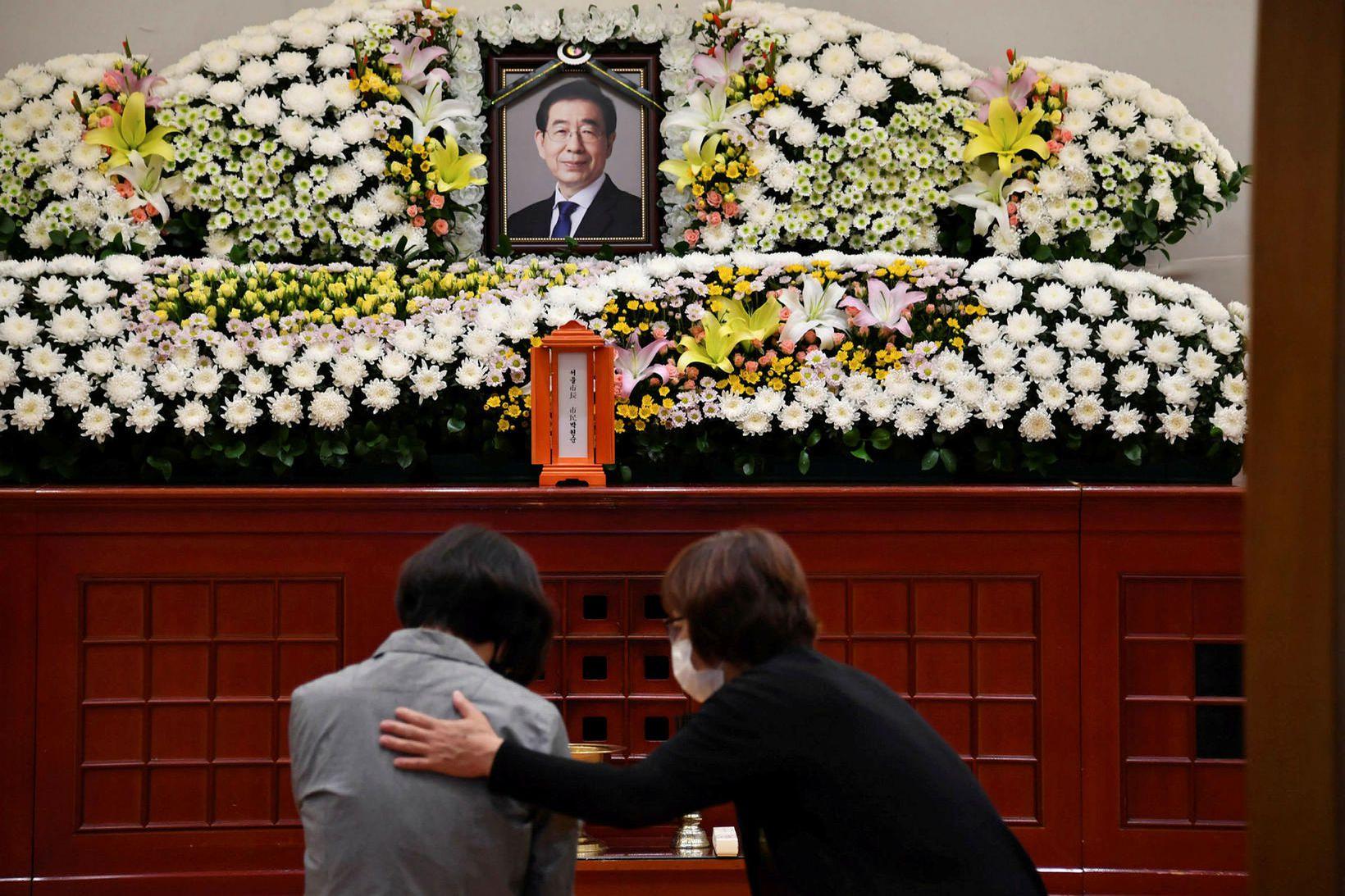 Syrgjendur heimsækja minnisvarða um Park Won-soon borgarstjóra í Seúl.