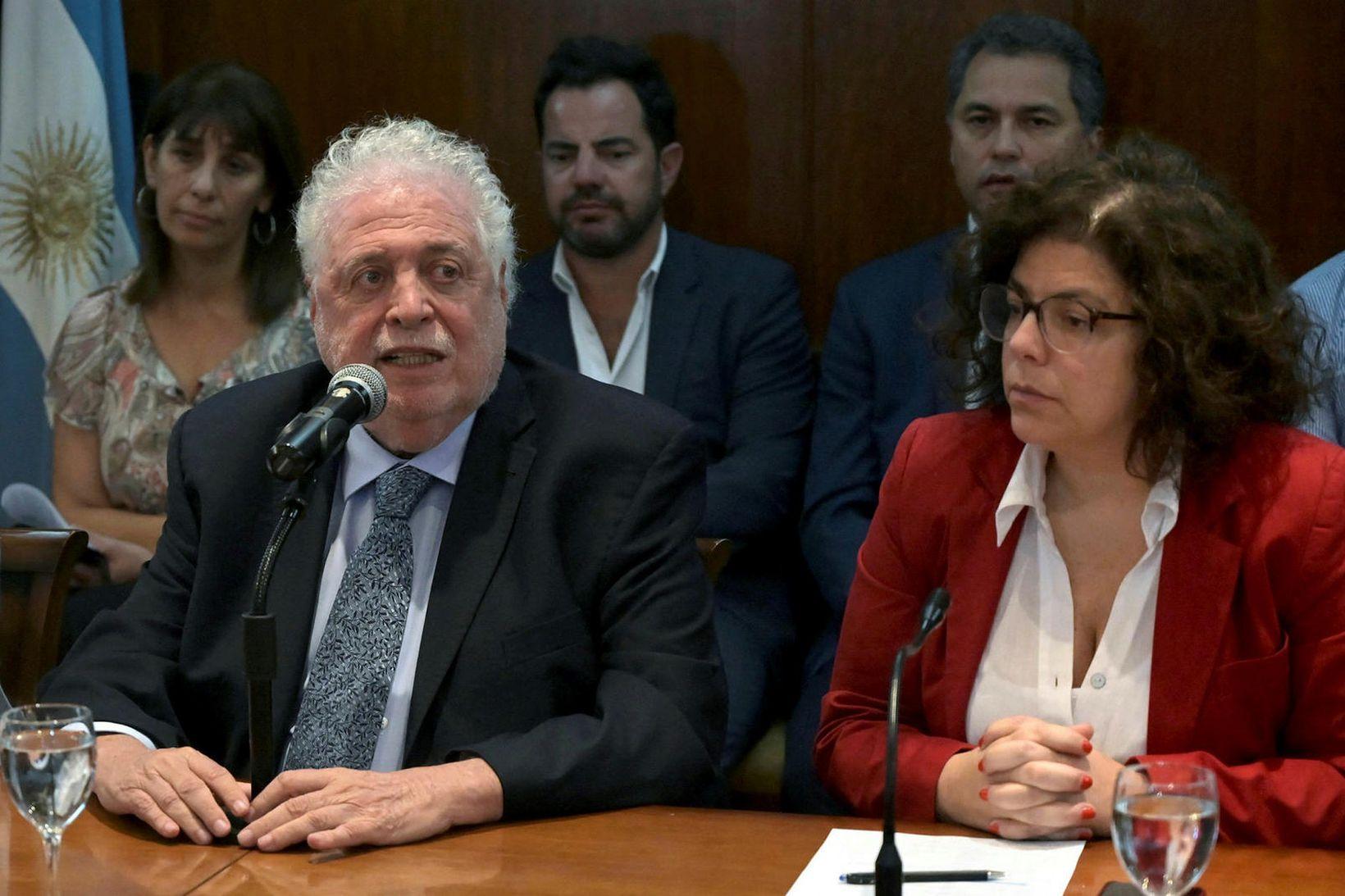 Gines Gonzalez Garcia, til vinstri, og eftirmaður hans, Carla Vizzotti. …