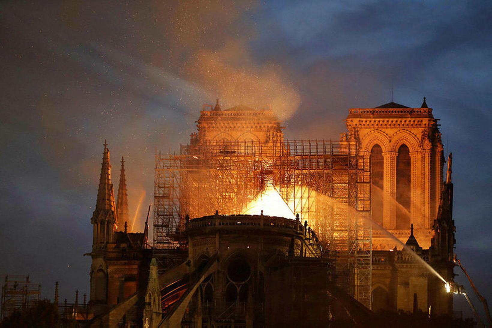 Fram kemur í Le Monde að Notre Dame hafi ekki …