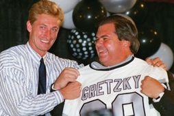 Wayne Gretzky og Bruce McNall þáverandi eigandi LA Kings þegar Gretzky var kynntur til sögunnar …