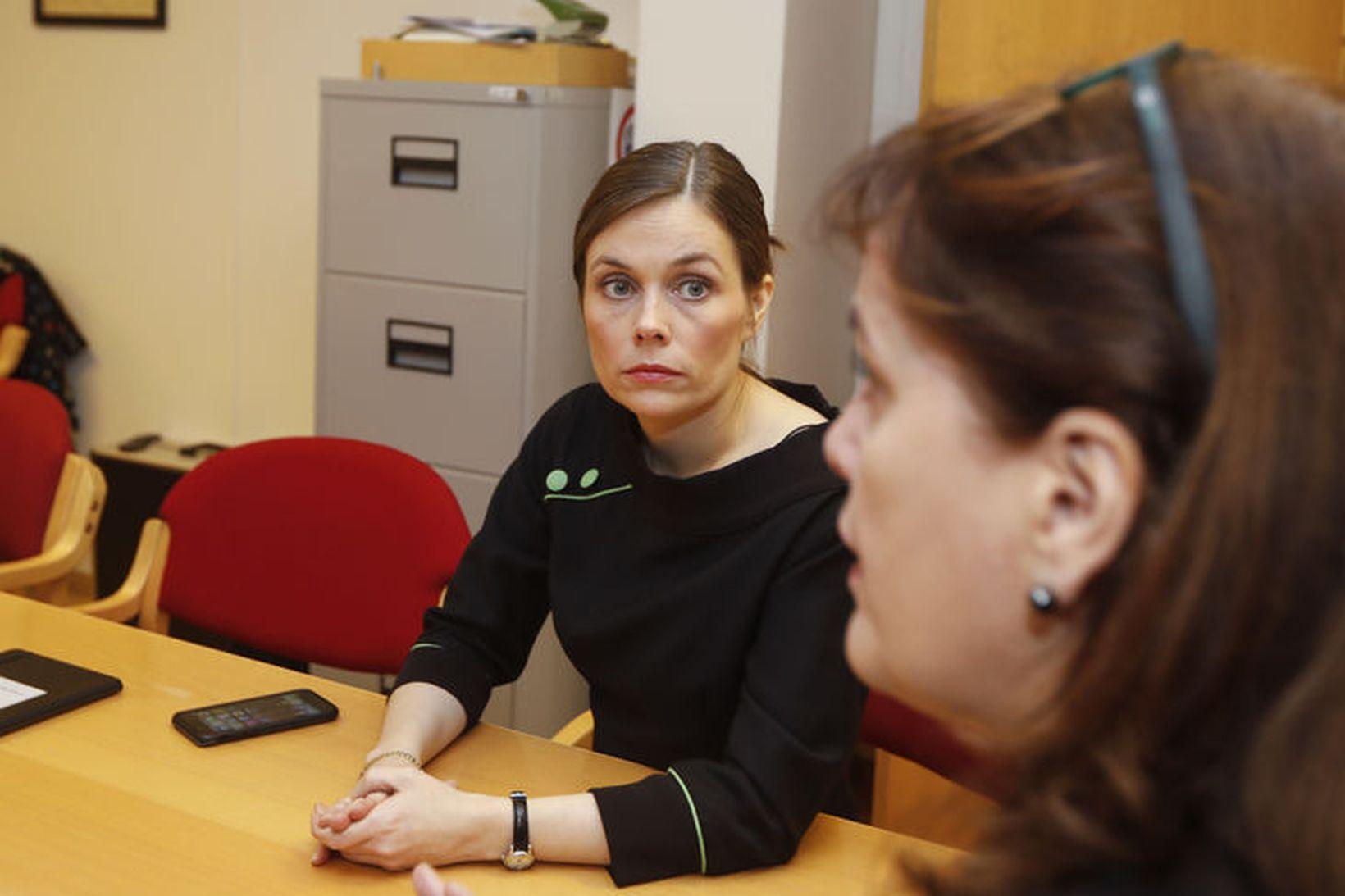 Katrín Jakobsdóttir og Svandís Svavarsdóttir á þingflokksfundi VG í dag.