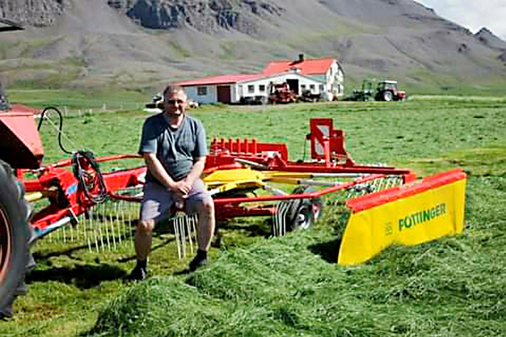 Loðna og landbúnaður. Arnar Eysteinsson við heyskap heima í Stórholti.