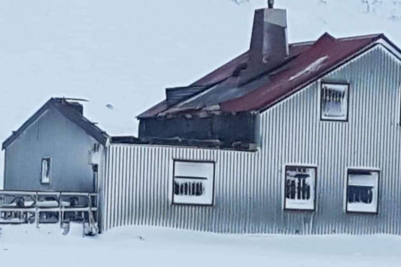 Þakið fauk af viðbyggingu sem er vestanvert við húsið.