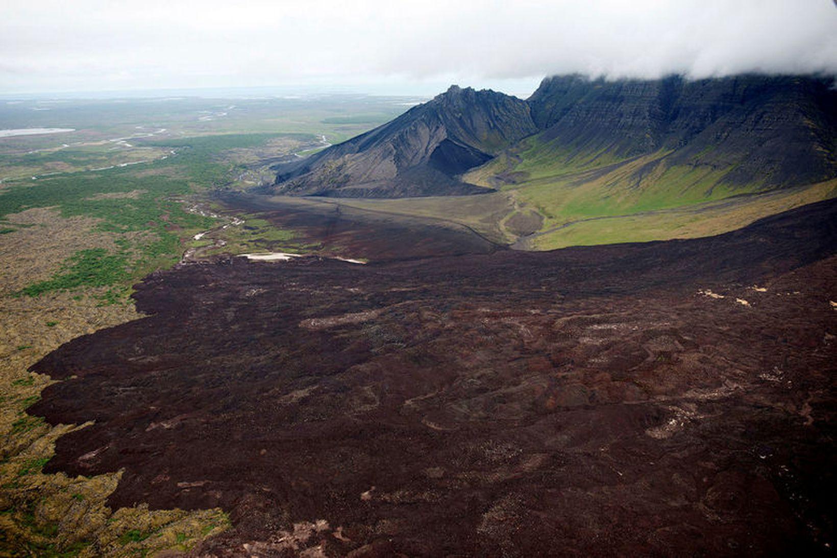 Búið er að opna veginn en fólk verður samt sem …