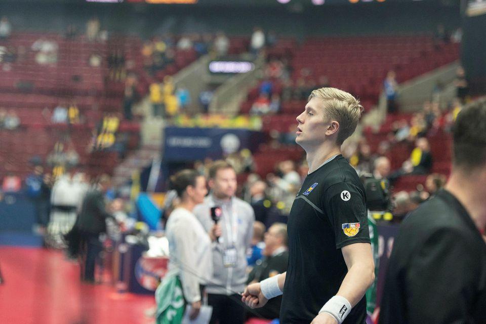 Viktor Gísli Hallgrímsson hitar upp.
