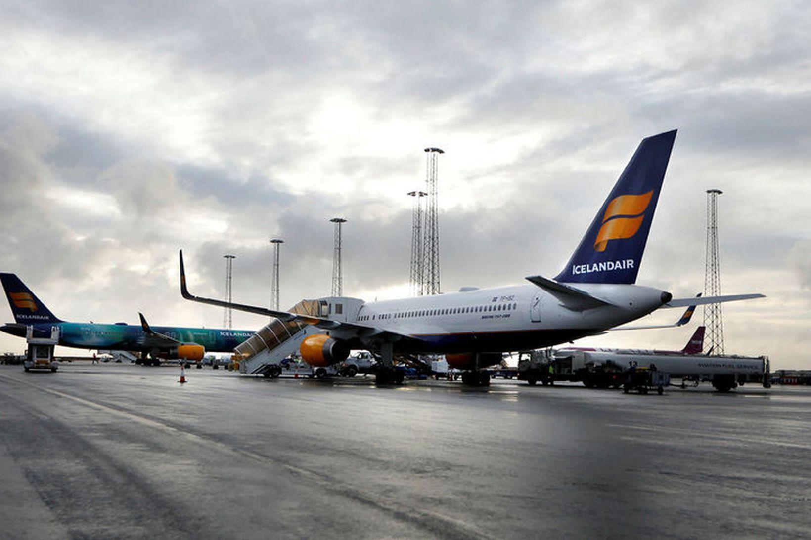 12 vélar frá Icelandair bíða á flugvellinum eftir að veður …