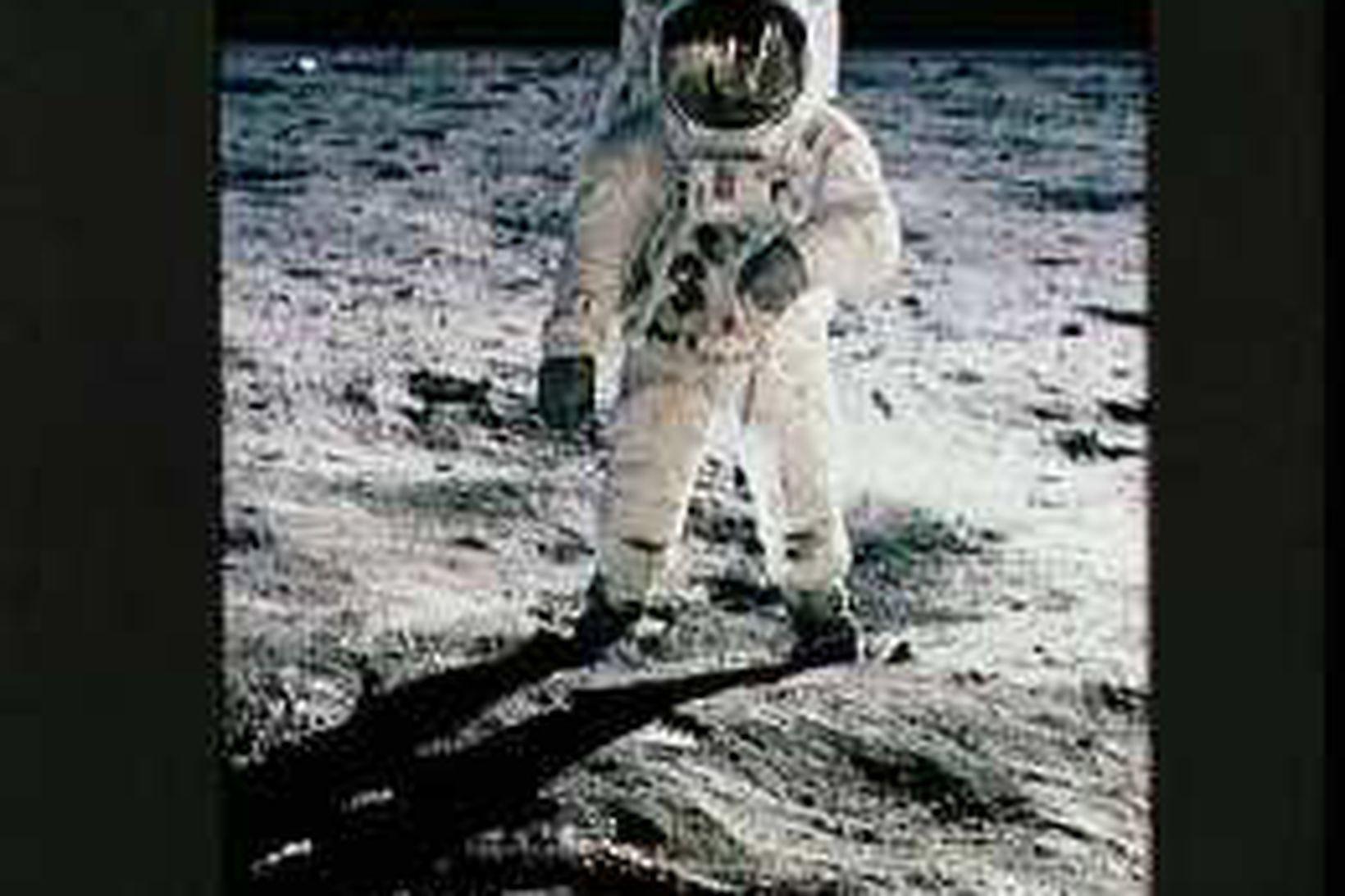 Neil Armstrong gengur um á tunglinu 20. júlí 1969. MIkil …