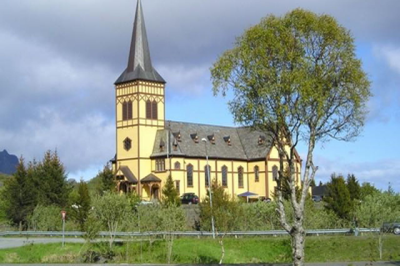 Kirkja á Lofoten í Noregi. Myndin er af vef norsku …