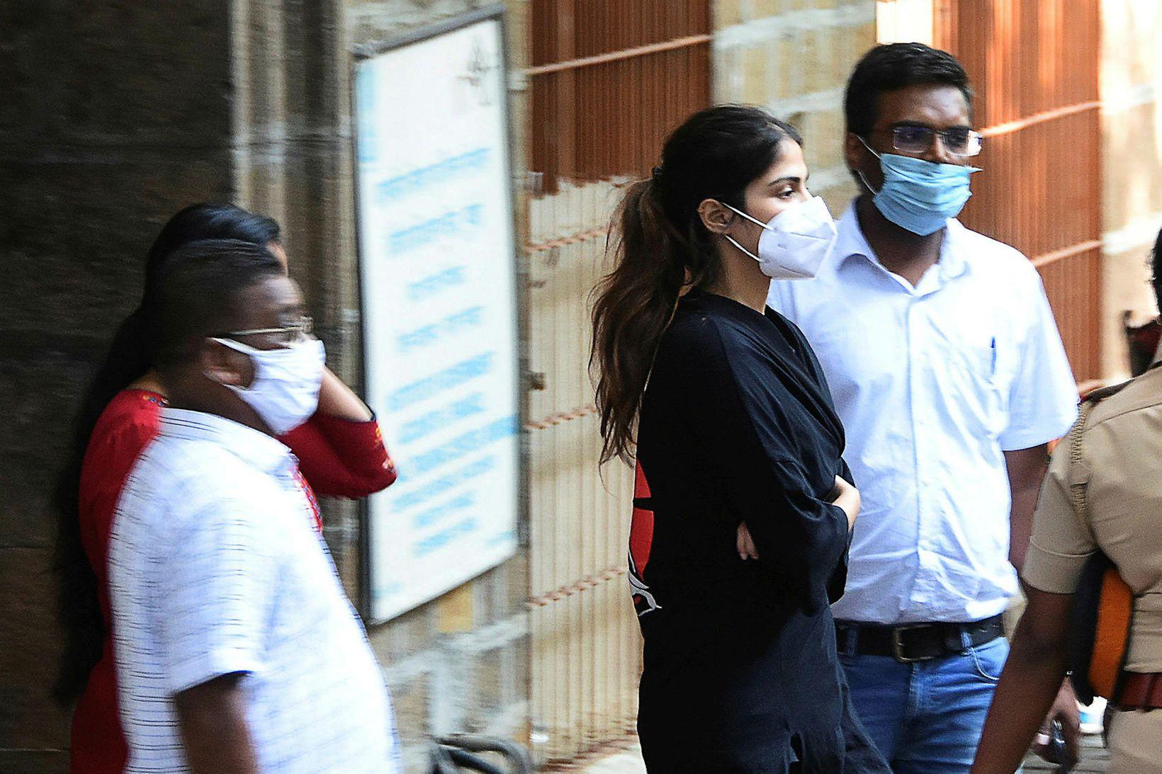 Lögreglan handtók Rhea Chakraborty í gær.