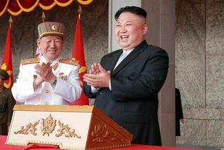 Kim Jong-un (til hægri), leiðtogi Norður-Kóreu, er ánægður með eldflaugatilraunina.