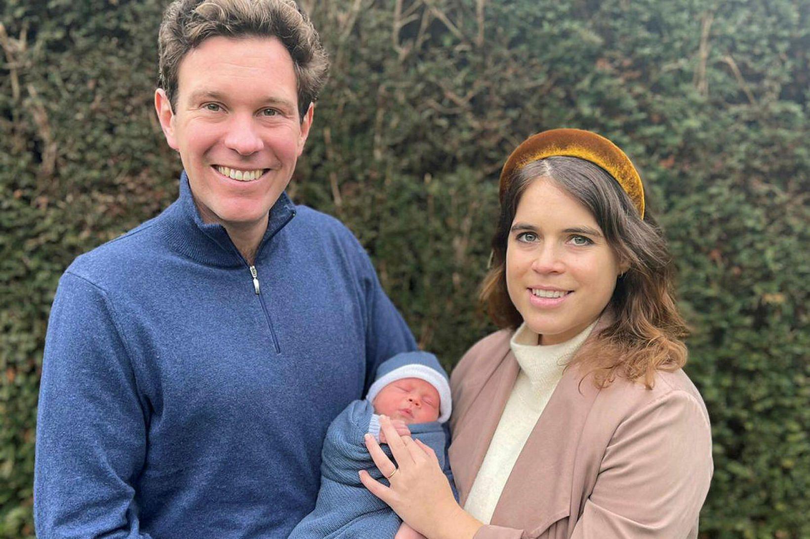 Ágúst Filippus ásamt foreldrum sínum, Eugenie prinsessu og Jack Brooksbank.