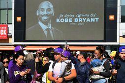 Aðdáendur Kobe Bryant og Los Angeles Lakers við Staples Center í Los Angeles í dag.