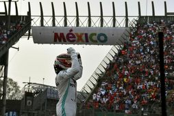 Lewis Hamilton fagnar sigrinum í Mexíkó.