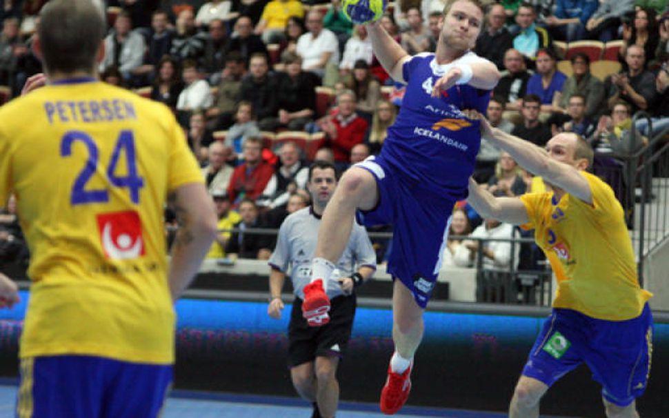 Aron Pálmarsson er hér að skora gegn Svíum í kvöld.