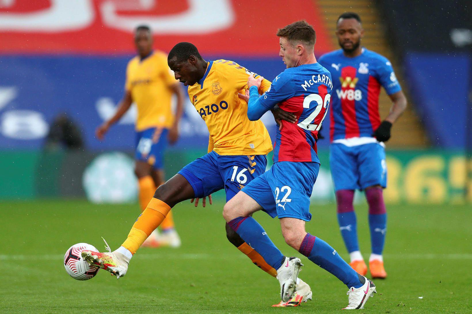 Abdoulaye Doucoure og James McCarthy bítast um boltann á Selhurst …