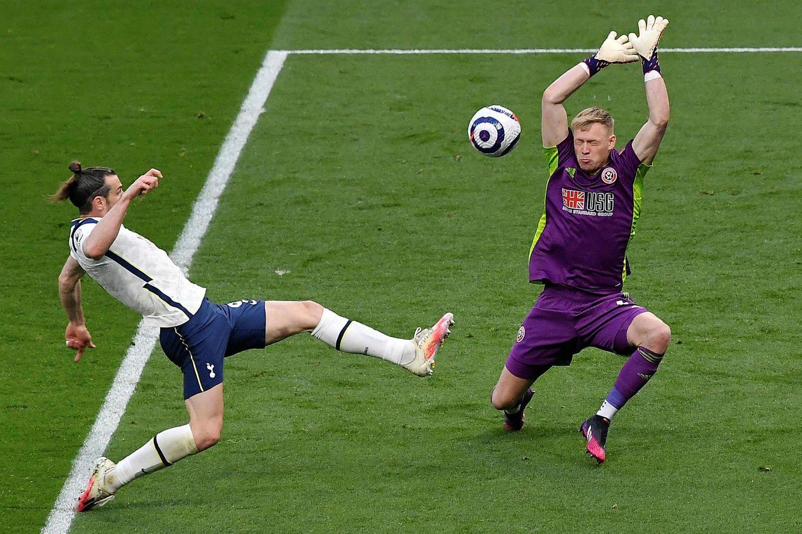 Aaron Ramsdale reynir að verja frá Gareth Bale í leik …