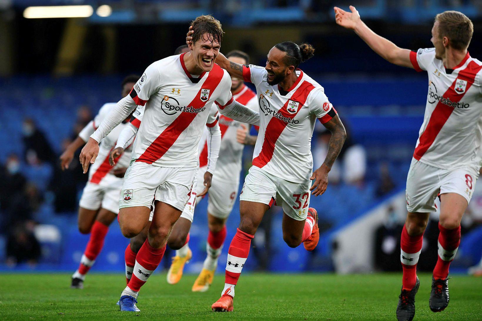 Jannik Vestergaard fagnar jöfunarmarki sínu gegn Chelsea í dag.