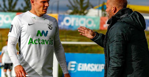 Morten Beck Guldsmed og Eiður Smári Guðjohnsen ræða málin í leik FH á síðasta tímabili.