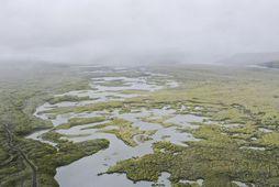 Hlaupvatn er ennþá að dreifa sér um láglendið.