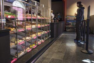 Frá Dunkin' Donuts á Laugavegi sem var lokað í dag.
