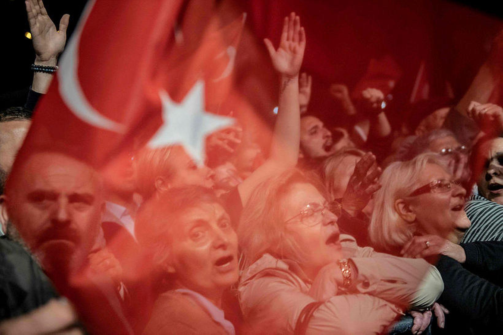 Stuðningsmenn Ekrem Imamoglu, sem kjörinn var borgarstjóri í Istanbúl fyrir …